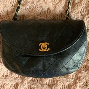 Auth Vintage Small Chanel black quilted leather